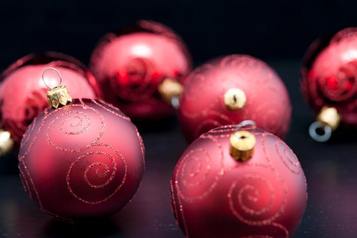 Коледна картичка с червени топки