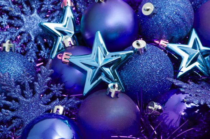 Сини коледни топки и звезди