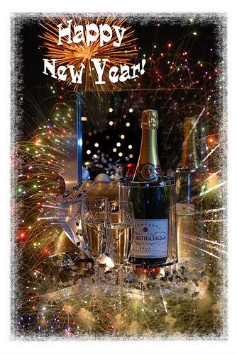 Новогодишна маса с бутилка и чаша